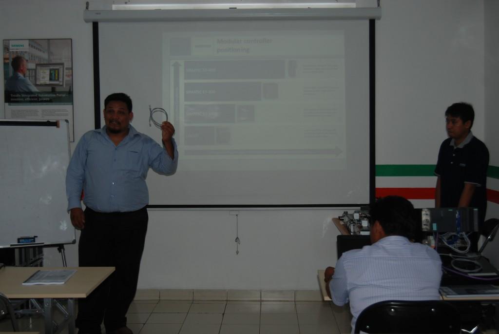 Team training plc siemens sendang menjelaskan product knowledge siemens