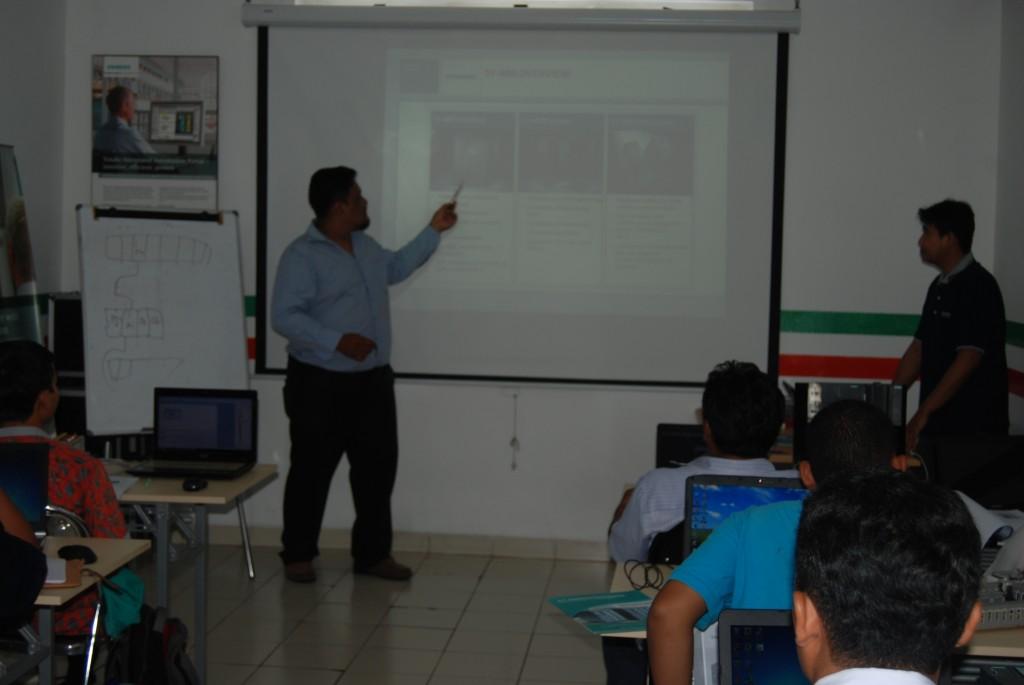 Team training plc siemens sendang menjelaskan product knowledge siemens kepada peserta.