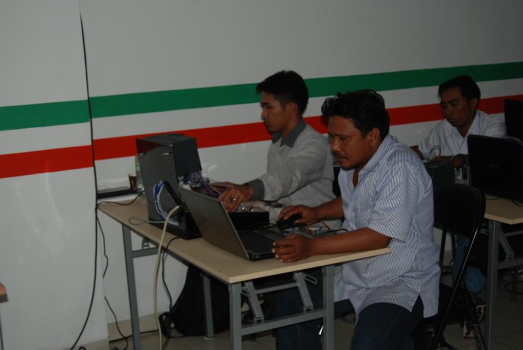 peseerta sedang melakukan tes program di demokit.